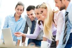 Affärsfolk som tillsammans använder bärbara datorn Arkivbild