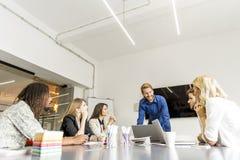 Affärsfolk som tillsammans diskuterar en strategi och ett arbete in av royaltyfri foto
