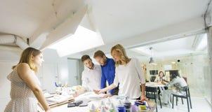 Affärsfolk som tillsammans diskuterar en strategi och ett arbete in av royaltyfria bilder
