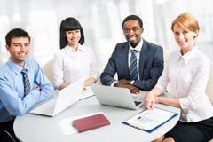 Affärsfolk som tillsammans fungerar. Arkivfoto