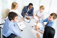 Affärsfolk som tillsammans fungerar. Arkivfoton