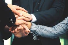 Affärsfolk som tillsammans viker deras händer svart isolerad teamwork för begrepp 3d illustration Royaltyfri Fotografi
