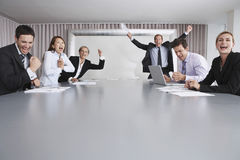 Affärsfolk som tycker om framgång arkivfoton