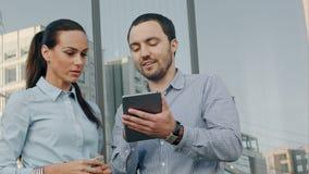 Affärsfolk som utanför möter med elektroniskt arkivfilmer