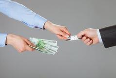 Affärsfolk som utbyter kreditkorten och pengar Fotografering för Bildbyråer