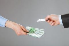Affärsfolk som utbyter kreditkorten och pengar Royaltyfria Bilder