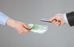 Affärsfolk som utbyter kreditkorten och pengar Royaltyfri Fotografi