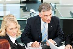 Affärsfolk - team mötet i ett kontor Arkivbild