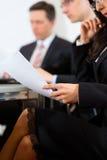 Affärsfolk under möte i regeringsställning Arkivfoto