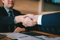 Affärsfolket accepterar eller bekräftar projekt på förslaget och sammanfogar att skaka händer på kontoret royaltyfria foton