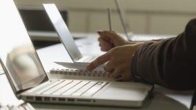 Affärsfolket använder bärbara datorn och arbetar på pappers- presentation royaltyfri bild