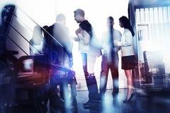 Affärsfolket arbetar tillsammans i regeringsställning Begrepp av teamwork och partnerskap dubbel exponering med den modernt stade arkivbild