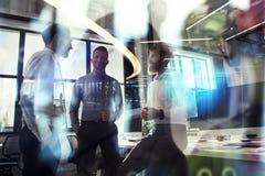 Affärsfolket arbetar tillsammans i regeringsställning Begrepp av teamwork och partnerskap dubbel exponering med den modernt stade arkivbilder