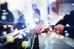 Affärsfolket arbetar tillsammans i regeringsställning med bärbara datorn i förgrunden Begrepp av teamwork och partnerskap double arkivfoton
