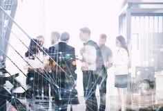 Affärsfolket arbetar tillsammans i regeringsställning med effekter för internetnätverk Begrepp av teamwork och partnerskap double royaltyfri fotografi