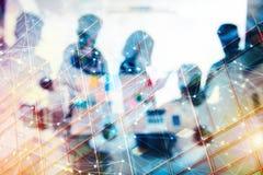 Affärsfolket arbetar tillsammans i regeringsställning med effekter för internetnätverk Begrepp av teamwork och partnerskap double fotografering för bildbyråer