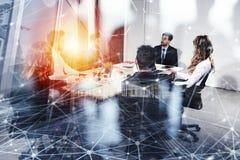 Affärsfolket arbetar tillsammans i regeringsställning med effekter för internetnätverk Begrepp av teamwork och partnerskap double arkivbilder