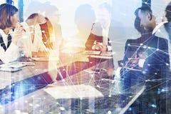 Affärsfolket arbetar tillsammans i regeringsställning med effekter för internetnätverk Begrepp av teamwork och partnerskap double arkivbild