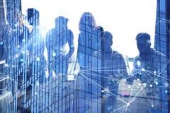 Affärsfolket arbetar tillsammans i regeringsställning med effekter för internetnätverk Begrepp av teamwork och partnerskap double royaltyfria bilder