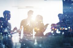 Affärsfolket arbetar tillsammans i regeringsställning med effekter för internetnätverk Begrepp av teamwork och partnerskap double royaltyfria foton