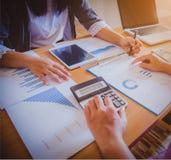 Affärsfolket diskuterar om där arbetar tillsammans arkivbilder