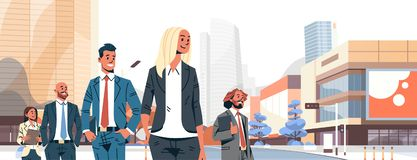 Affärsfolket grupperar lyckade mankvinnor för olikt lag över ståenden för teckenet för tecknade filmen för cityscapebakgrund den  royaltyfri illustrationer