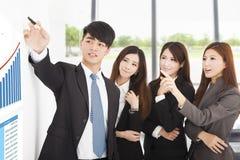Affärsfolket har ett marknadsföringsmöte på kontoret arkivbild