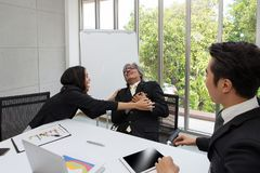 Affärsfolket har hjärtafel Asiatisk affärsman som har honom royaltyfria bilder
