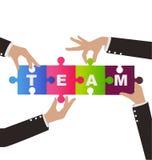 Affärsfolket hjälper till enhetspusslet med teamwork Arkivbild