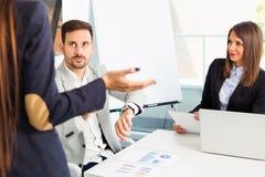Affärsfolket kämpar problemet som tillsammans arbetar i lag arkivfoto