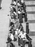 Affärsfolket kopplar av på det Churchill stället i Canary Wharf - LONDON - STORBRITANNIEN - SEPTEMBER 19, 2016 Arkivfoton