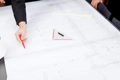 Affärsfolket som diskuterar arkitektur, planerar skissar Arkivbild