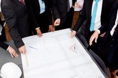 Affärsfolket som diskuterar arkitektur, planerar skissar Arkivfoton