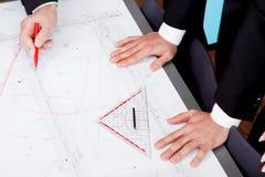 Affärsfolket som diskuterar arkitektur, planerar skissar Arkivfoto