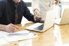Affärsfolket som diskuterar och, analyserar datadiagrammet Teamworkbr Royaltyfri Bild