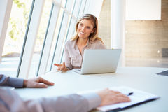 Affärsfolket som har möte bordlägger omkring, i modernt kontor Arkivbilder