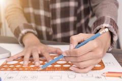 Affärsformgivaren skissar design för teckningsplanmodell Arkivbilder
