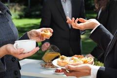 Affärsfrukost i trädgården Royaltyfri Foto