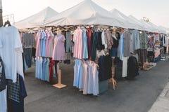 Affärsgalleriabegrepp: många beklär färgrikt mode försäljning i sh arkivbild