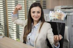 Affärsgenombrott, affärskvinna som rymmer ett pris arkivbild