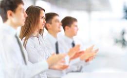 Affärsgrupp som applåderar på kontoret Royaltyfria Bilder