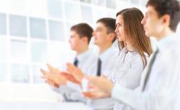 Affärsgrupp som applåderar på kontoret Arkivfoton