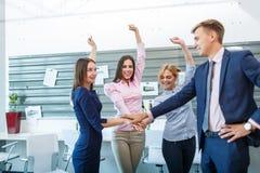 Affärsgruppen gör en-på-en händer, medan arbeta i kontoret Royaltyfri Foto