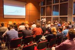 Affärshögtalare som ger ett samtal i konferenskorridor Royaltyfri Bild