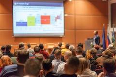 Affärshögtalare som ger ett samtal i konferenskorridor Arkivbilder