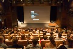 Affärshögtalare som ger ett samtal i konferenskorridor Royaltyfria Foton