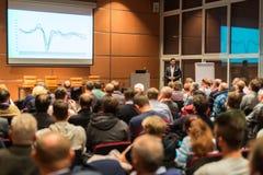 Affärshögtalare som ger ett samtal i konferenskorridor Arkivfoton