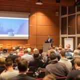 Affärshögtalare som ger ett samtal i konferenskorridor Royaltyfri Fotografi