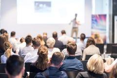 Affärshögtalare som ger ett samtal på händelsen för affärskonferens arkivbild