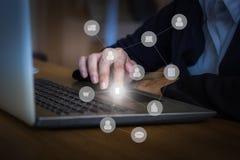 Affärshand genom att använda bärbar datorförbindande folk med digitalt arkivbild